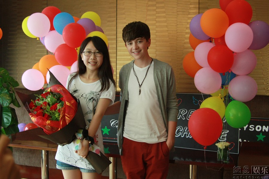 The winner of A Date With Greyson Chance is enjoying her date, holding flowers from Greyson!